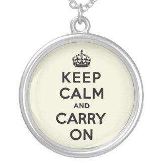 La vainilla guarda calma y continúa collar personalizado