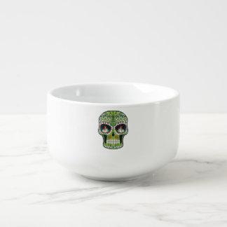 La vela observa el cráneo mexicano del azúcar del bol para sopa