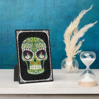 La vela observa el cráneo mexicano del azúcar del placas de plastico