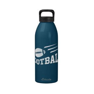 La velocidad del fútbol alinea la botella de agua
