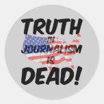 la verdad en periodismo es muerta etiquetas redondas