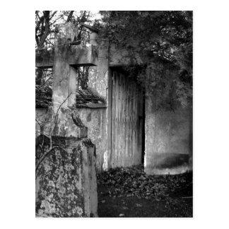 La vertiente en el cementerio en blanco y negro postal