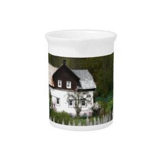 La vid cubrió la cabaña con el pantano de madera jarras para bebida