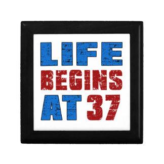 La vida comienza en 37 joyero cuadrado pequeño