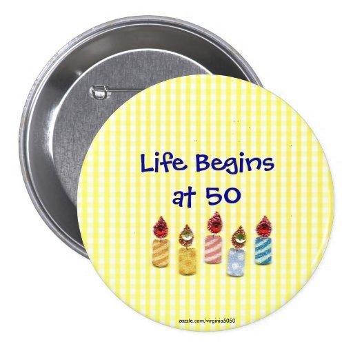 """La """"vida comienza en 50"""" Pin colorido de las velas"""