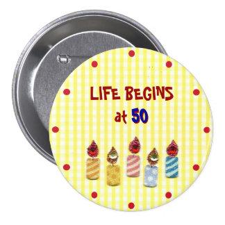 """La """"vida comienza en 50"""" Pin colorido de las velas Pin Redondo 7 Cm"""