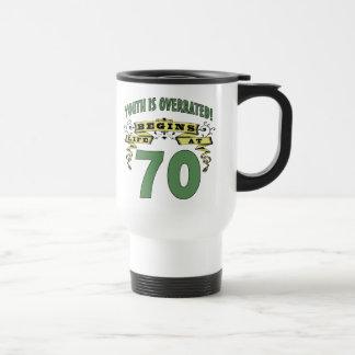 La vida comienza en el 70.o cumpleaños taza de viaje