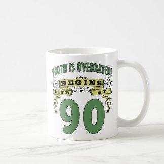 La vida comienza en el 90.o cumpleaños taza básica blanca