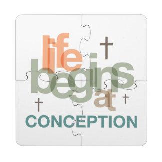La vida comienza en el concepto posavasos de puzzle