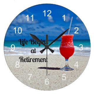 La vida comienza en el retiro, bebida escarchada e reloj redondo grande