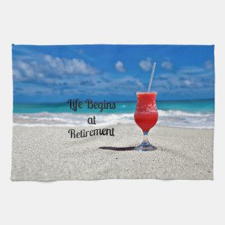 La vida comienza en el retiro - bebida escarchada toalla de mano