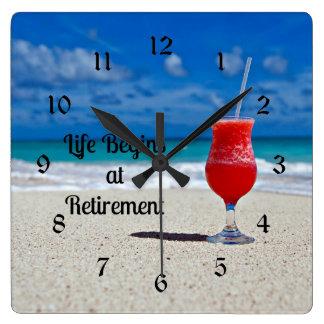 La vida comienza en el retiro, bebida escarchada reloj cuadrado
