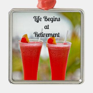 La vida comienza en el retiro - bebidas tropicales adorno navideño cuadrado de metal