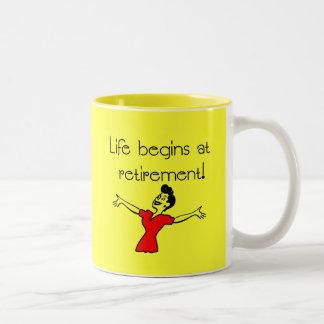 ¡La vida comienza en el retiro! Regalos de la Taza Dos Tonos