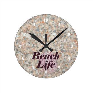 la vida de la playa lavó la concha de peregrino reloj redondo mediano
