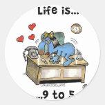 La vida es 9 a 5 pegatina redonda