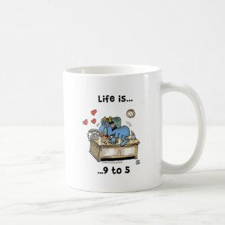 La vida es 9 a 5 taza básica blanca