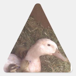 La vida es apenas ducky pegatina triangular