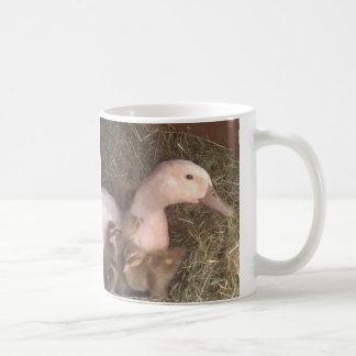 La vida es apenas ducky taza básica blanca
