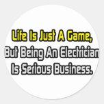 La vida es apenas un juego. Electricista Pegatina Redonda