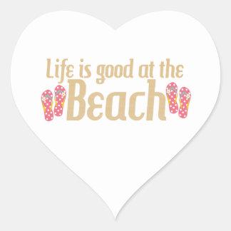La vida es buena en la playa pegatina en forma de corazón