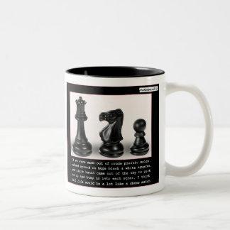 La vida es como un partido del ajedrez taza de café de dos colores