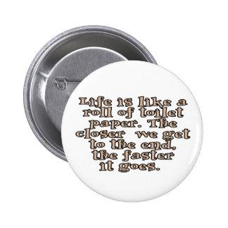 La vida es como un rollo del papel higiénico… pin redondo de 2 pulgadas