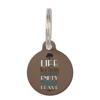 La vida es como una caja de chocolates cita la placa para mascotas
