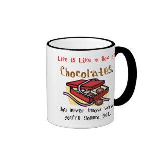 La vida es como una caja de chocolates. taza de dos colores