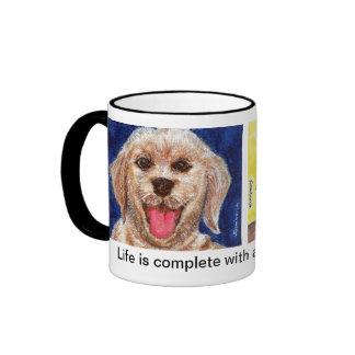 La vida es completa con un perro en sus pies taza