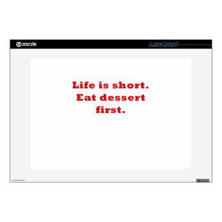 La vida es corta come el postre primero calcomanía para portátil