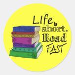 La vida es corta. Lea rápidamente Pegatinas Redondas