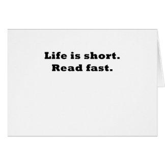 La vida es corta leída rápidamente tarjeta de felicitación