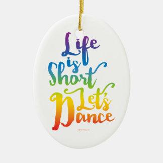 La vida es corta nos dejó bailar adorno navideño ovalado de cerámica