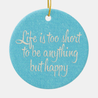 La vida es corta sea lona azul feliz adorno navideño redondo de cerámica
