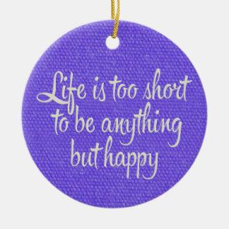 La vida es corta sea lona púrpura feliz adorno navideño redondo de cerámica