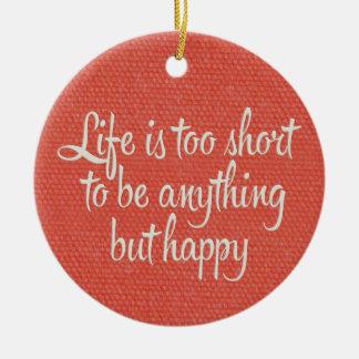 La vida es corta sea lona roja feliz adorno navideño redondo de cerámica