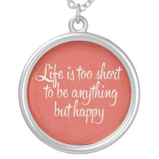 La vida es corta sea lona roja feliz collar plateado