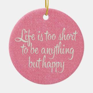 La vida es corta sea lona rosada feliz adorno navideño redondo de cerámica