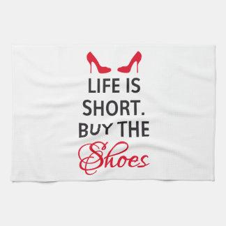 La vida es cortocircuito, compra los zapatos toalla