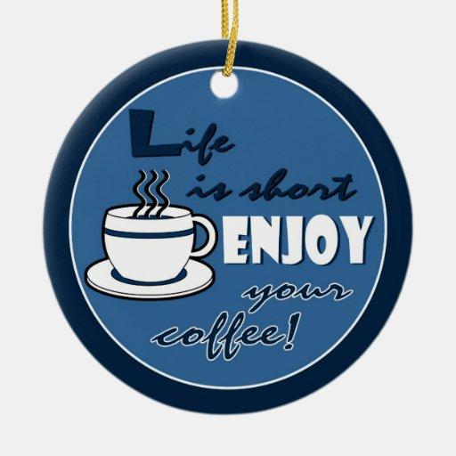 La vida es cortocircuito goza de su café - azul adorno navideño redondo de cerámica