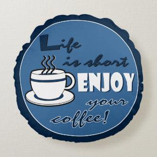 La vida es cortocircuito goza de su café - azul cojín redondo