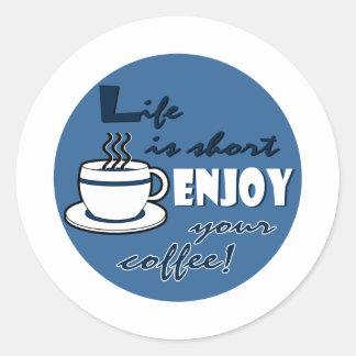 La vida es cortocircuito goza de su café - azul pegatina redonda
