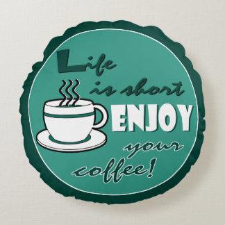La vida es cortocircuito goza de su café - verde cojín redondo