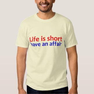 La vida es cortocircuito tiene un asunto remeras