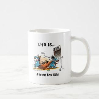 La vida es cuentas que pagan taza básica blanca