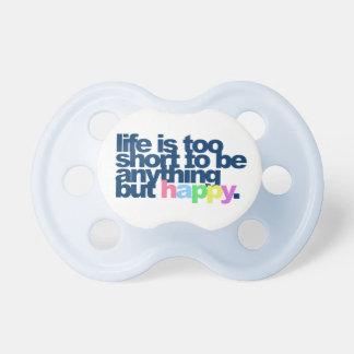 La vida es demasiado corta ser todo menos feliz chupete de bebé