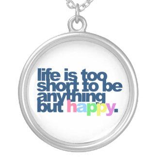 La vida es demasiado corta ser todo menos feliz collar