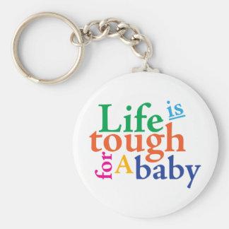La vida es dura para un bebé llavero redondo tipo pin