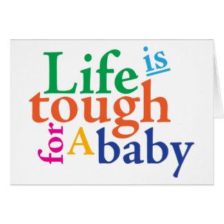La vida es dura para un bebé tarjeta de felicitación